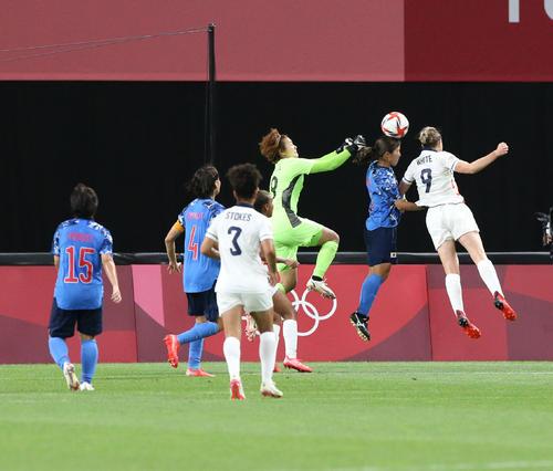 日本対英国 後半、先制ゴールを決める英国のホワイト(右)(撮影・佐藤翔太)
