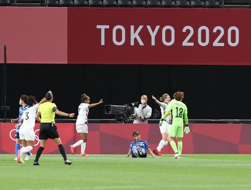 日本対英国 後半、英国のホワイトに先制ゴールを許し、肩を落とすなでしこジャパン(撮影・佐藤翔太)