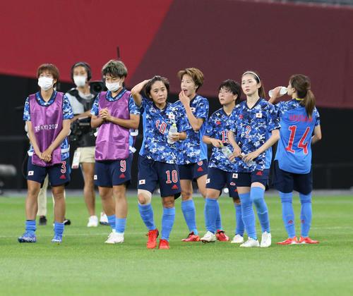 日本対英国 試合終了後、英国に敗れがっかりした様子のなでしこジャパン(撮影・佐藤翔太)