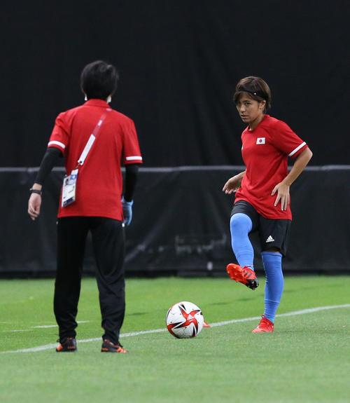 日本対英国 試合前、ウオーミングアップをする岩渕(撮影・佐藤翔太)