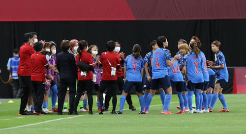 日本対英国 試合前、円陣を組むなでしこジャパン(撮影・佐藤翔太)