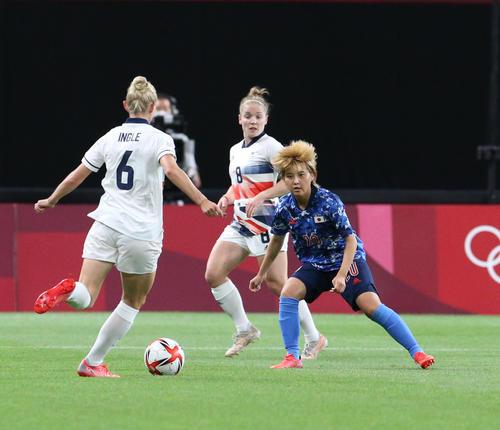 日本対英国 前半、英国の選手をマークする林(右)(撮影・佐藤翔太)