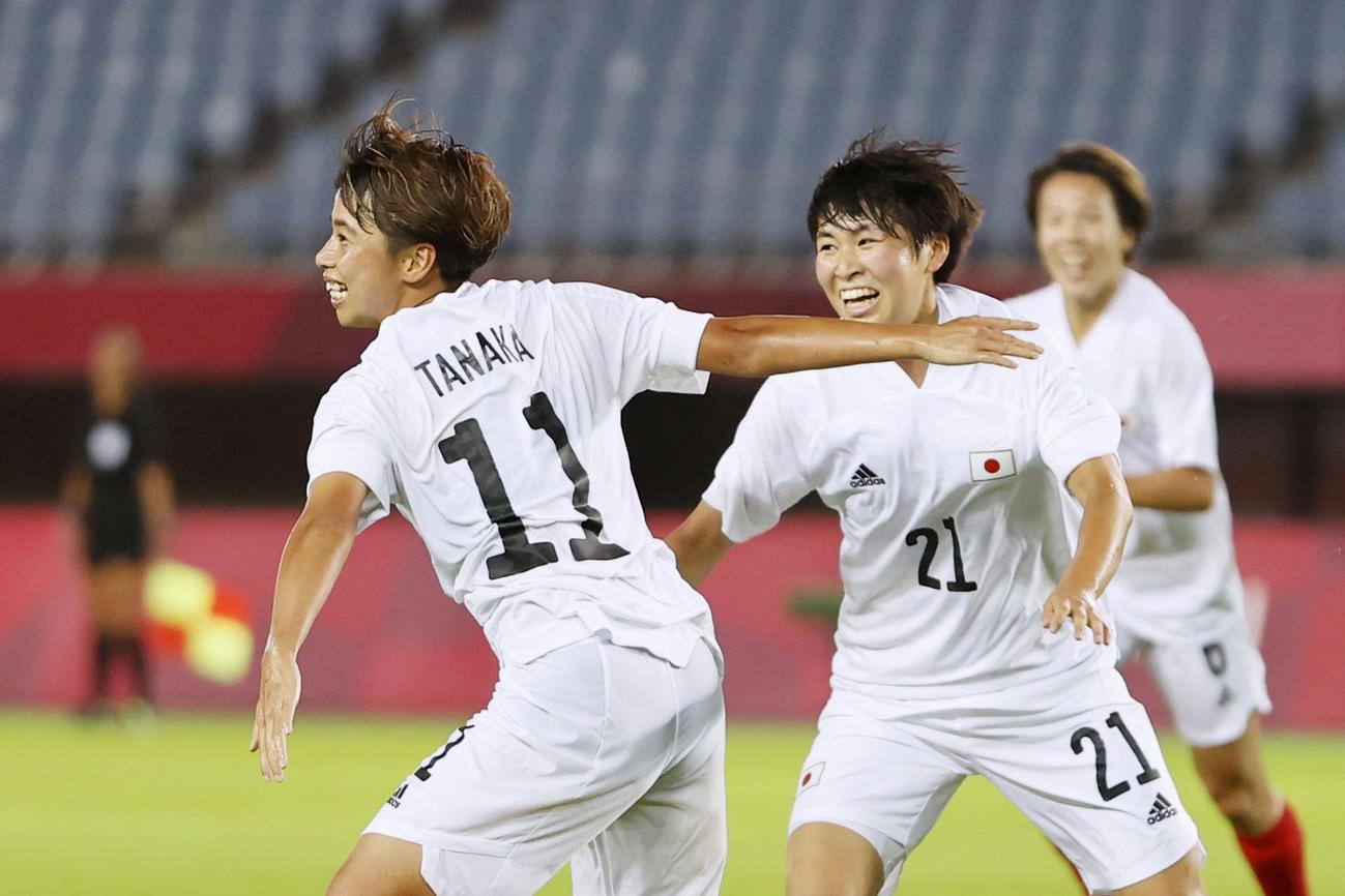 日本―チリ 後半、先制ゴールを決め駆けだす田中(左)(共同)