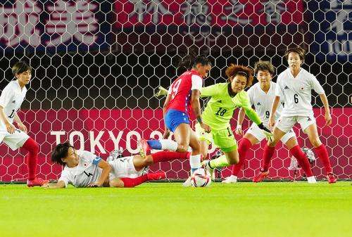 日本対チリ 前半、ゴール前で死守するなでしこジャパン(撮影・江口和貴)