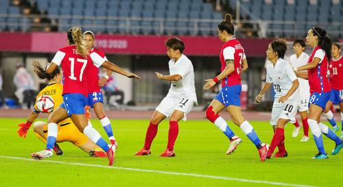 日本対チリ 後半、先制点を決める田中(左から4人目)(撮影・江口和貴)