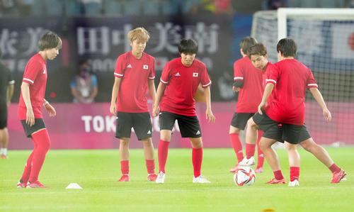 日本対チリ 試合前練習に臨む木下(中央)ら女子日本代表(撮影・江口和貴)