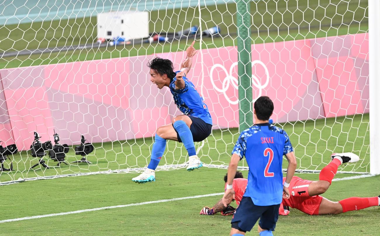 日本対南アフリカ 前半、林(後方)はゴールを蹴り込むが、オフサイドとなる(撮影・鈴木みどり)