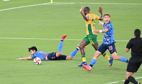 日本対南アフリカ 前半、競り合って転倒する久保(左)(撮影・鈴木みどり)