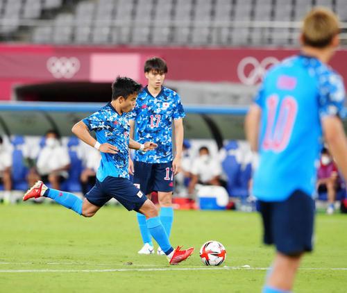 日本対南アフリカ 前半、フリーキックでゴールを狙う久保(撮影・江口和貴)