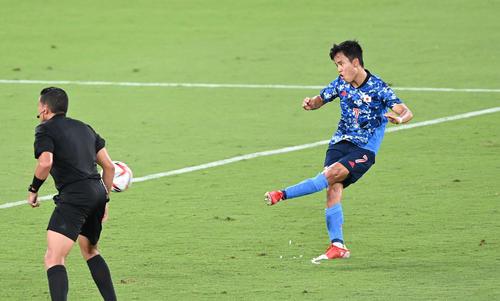 日本対南アフリカ 前半、FKを蹴る久保(撮影・鈴木みどり)