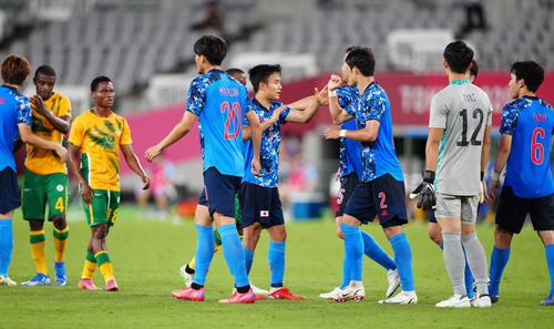 日本対南アフリカ 南アフリカに勝利しタッチをかわす久保(中央)ら日本代表イレブン(撮影・江口和貴)