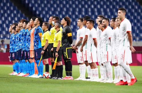 日本対メキシコ 君が代斉唱をする日本代表の選手たち(撮影・江口和貴)