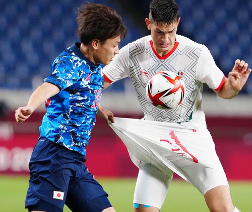 日本対メキシコ 後半、相手選手のユニホームのパンツをひっぱる上田(撮影・江口和貴)