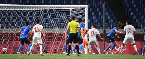日本対メキシコ 後半、相手フリーキックでゴールを許す日本代表(撮影・鈴木みどり)