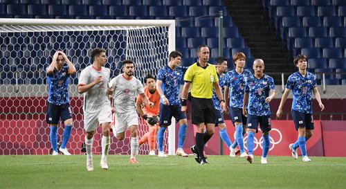 日本対メキシコ 後半、失点を許し、悔しがる吉田(左端)ら日本代表の選手たち(撮影・鈴木みどり)