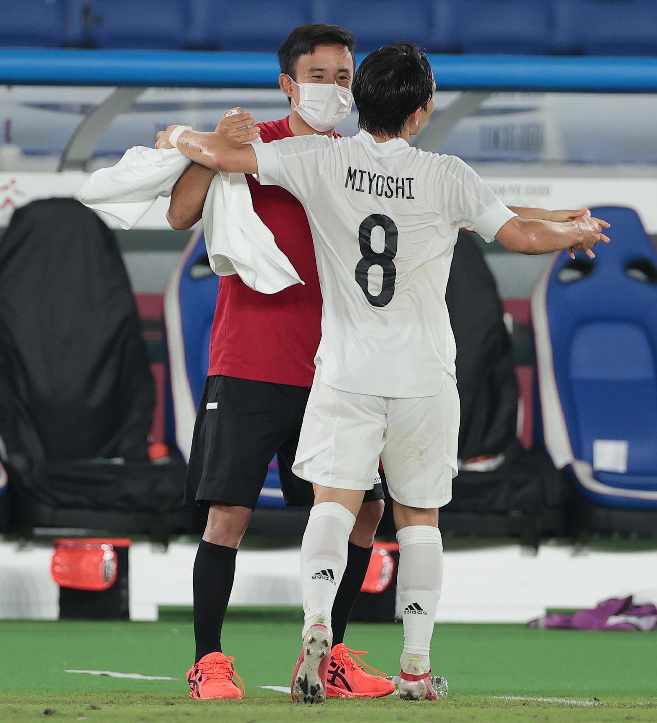 日本対フランス 後半、久保(左)は追加点を奪った三好を祝福(撮影・前田充)