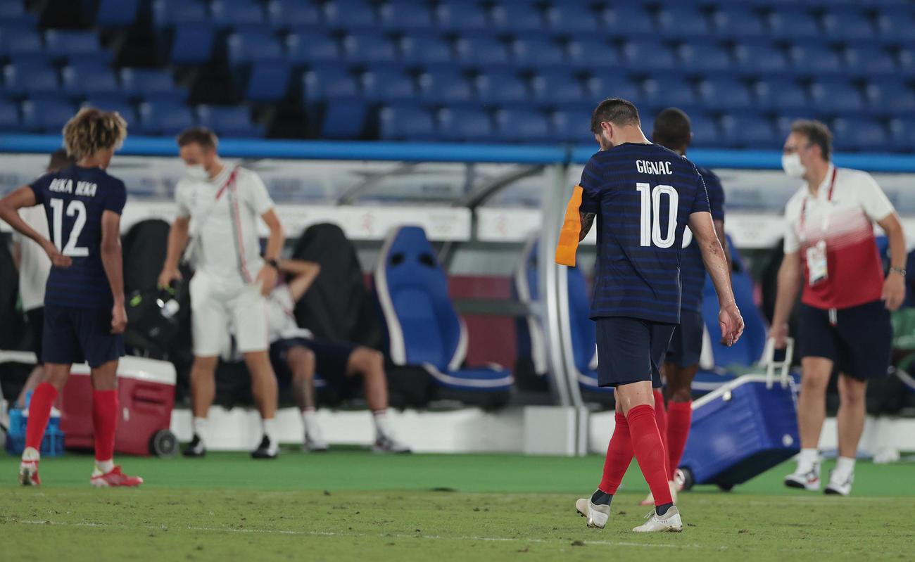 日本対フランス 日本に敗れ、うつむきながら引き揚げるジニャク(手前)らフランスの選手たち(撮影・前田充)