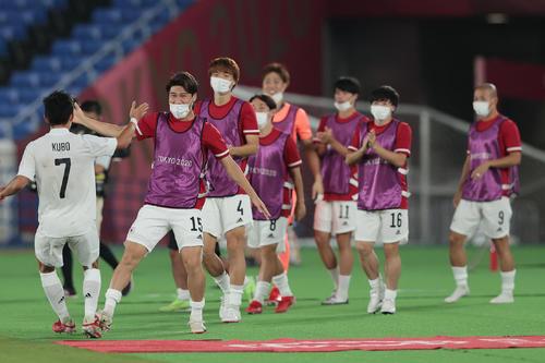 日本対フランス 前半、先制ゴールを決めチームメートとタッチを交わす久保(左)(撮影・前田充)