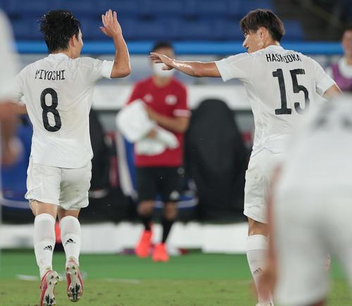 日本対フランス 後半、追加点を奪った三好(左)は橋岡とハイタッチ(撮影・前田充)
