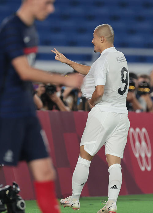 日本対フランス 後半、チームの4点目を決め、カメラに向かってパフォーマンスする前田(撮影・前田充)