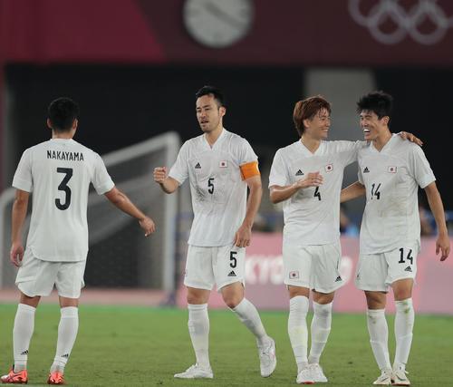 日本対フランス フランスに勝利し喜び合う、左から中山、吉田、板倉、冨安(撮影・前田充)