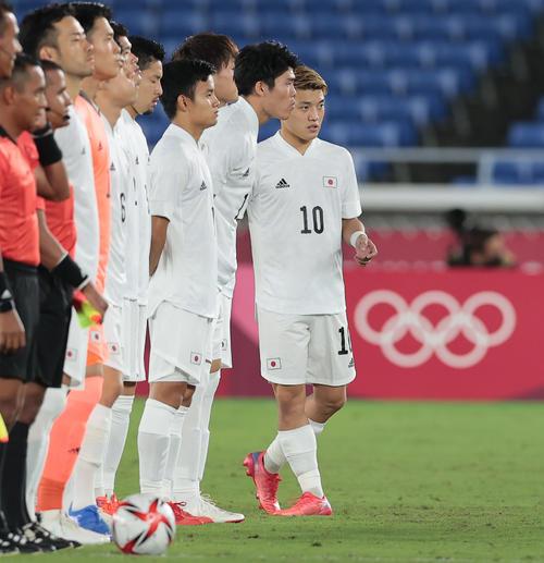 日本対フランス 試合前、整列する堂安(右)(撮影・前田充)
