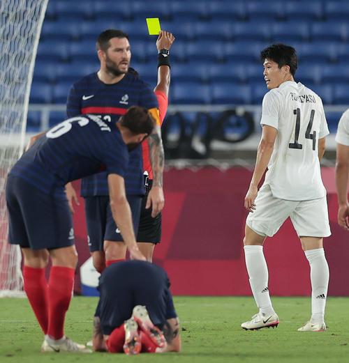日本対フランス 前半、イエローカードをもらう冨安(右)(撮影・前田充)