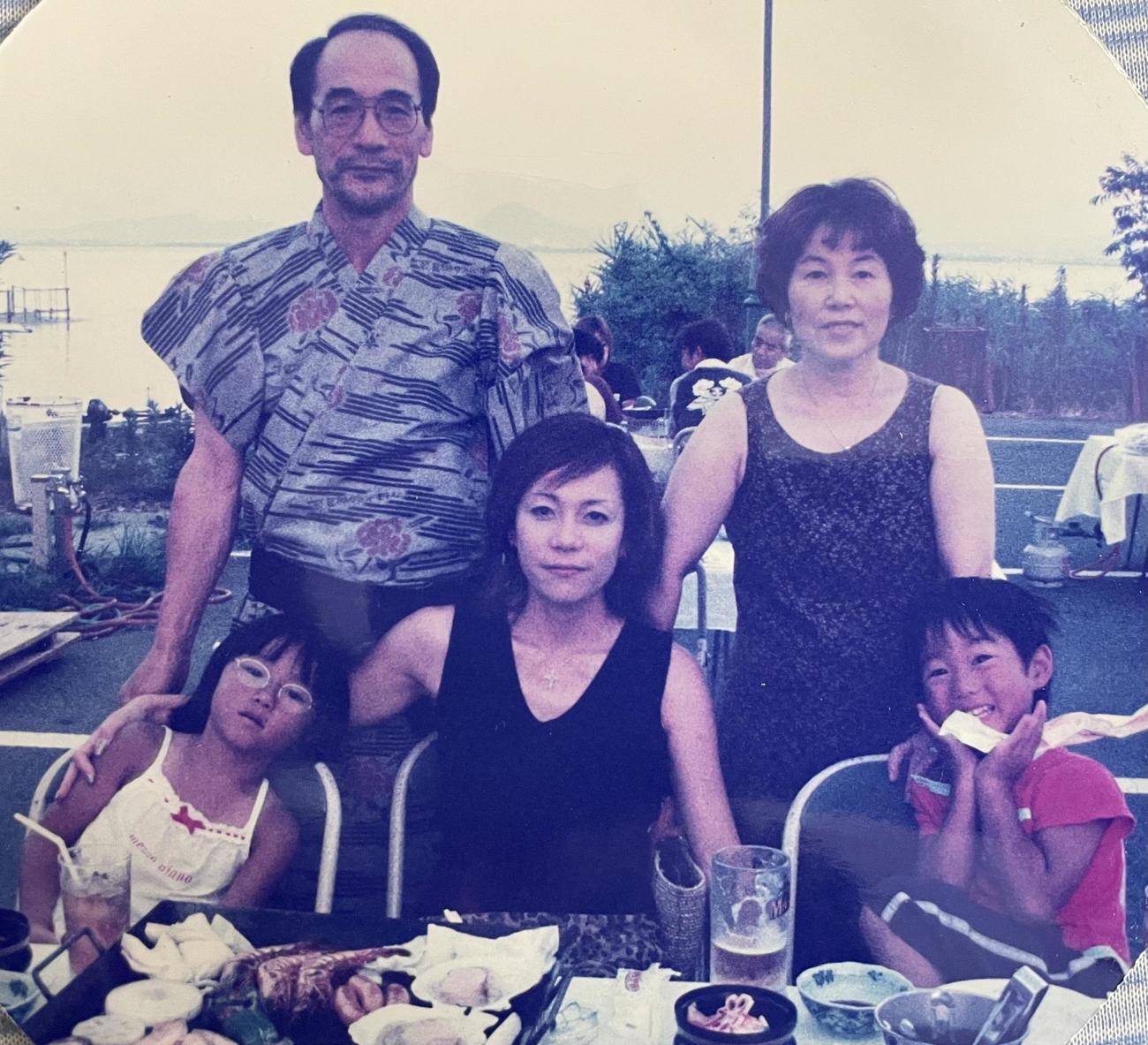 東京五輪代表林大地(前列右端)の幼稚園時代。前列左から姉くるみさん、母貴子さん、後列は祖父母(家族提供)