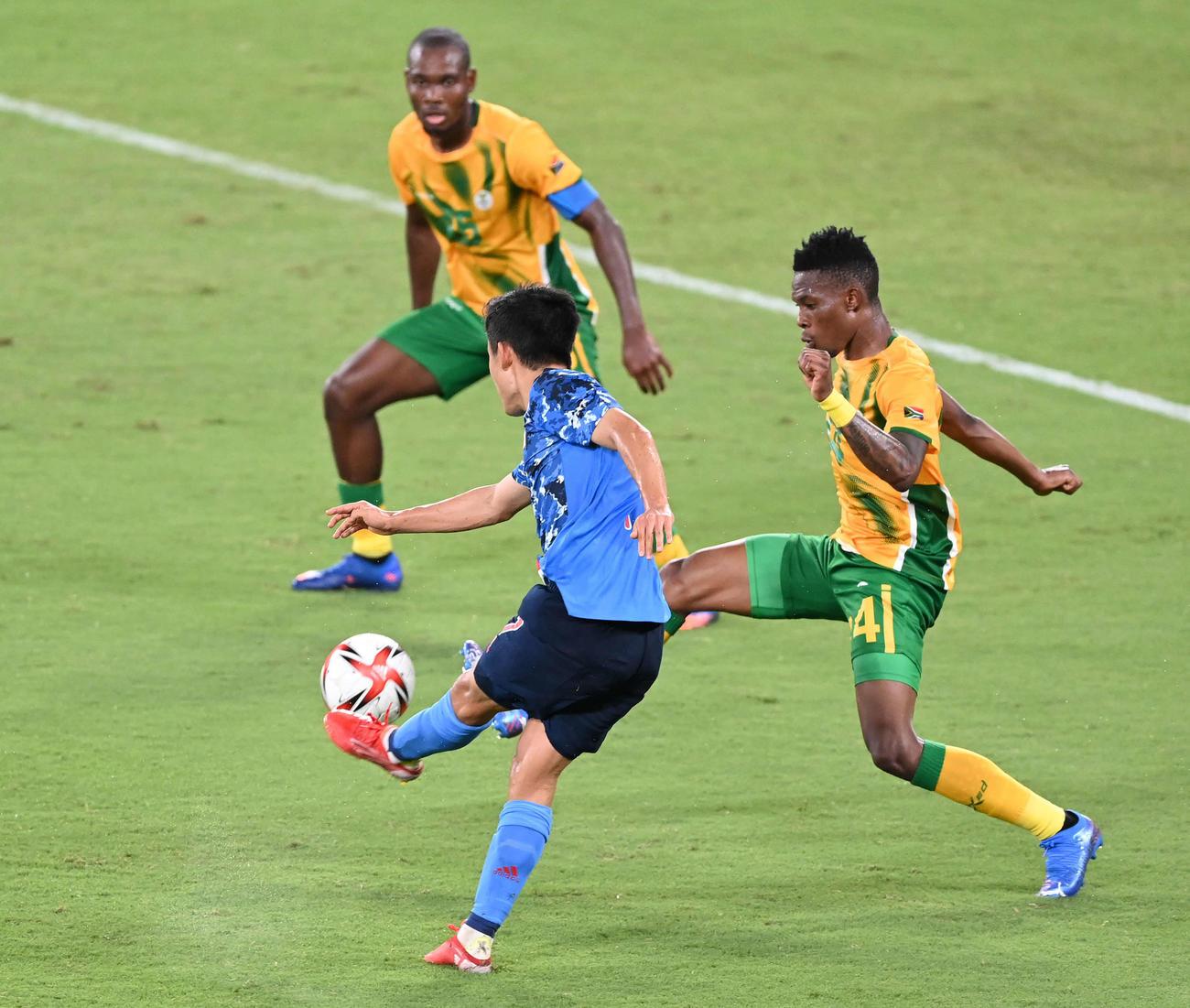 日本対南アフリカ 後半、先制のゴールを決める久保(撮影・鈴木みどり)