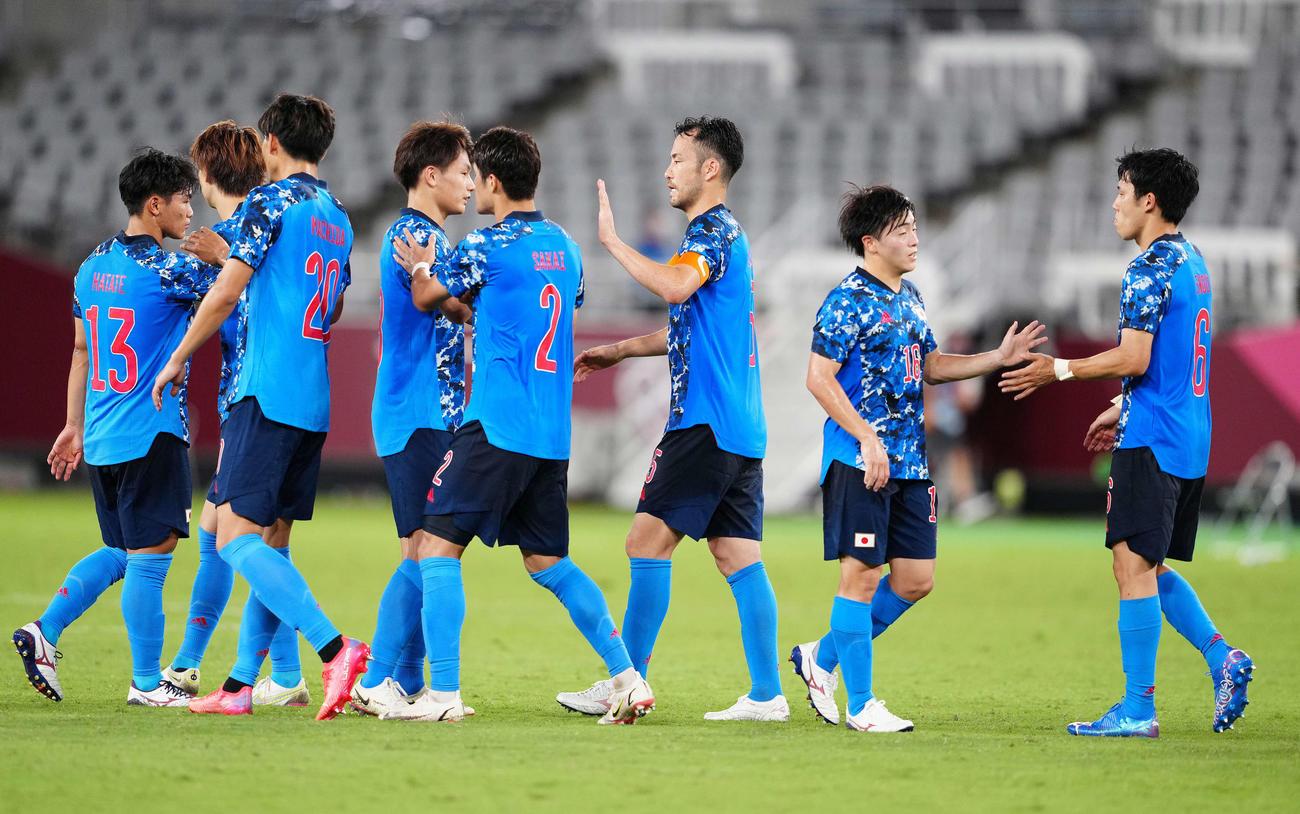 日本対南アフリカ 南アフリカに勝利しタッチをかわす吉田(右から3人目)ら日本代表イレブン(撮影・江口和貴)