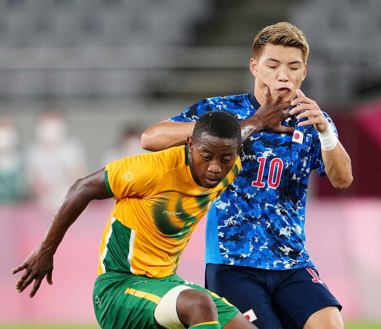 日本対南アフリカ 後半、相手選手の手が顔に当たる堂安(撮影・江口和貴)