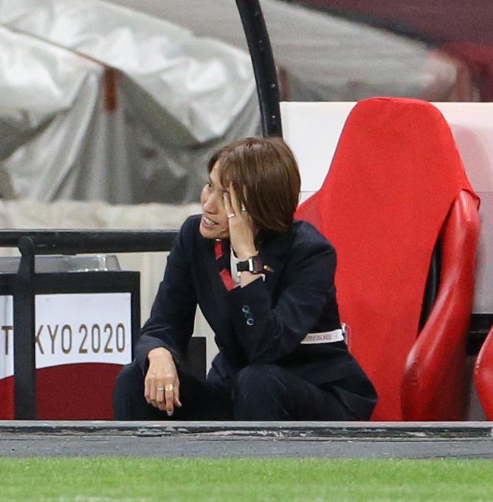 試合終了後、頭を抱える高倉監督(撮影・佐藤翔太)
