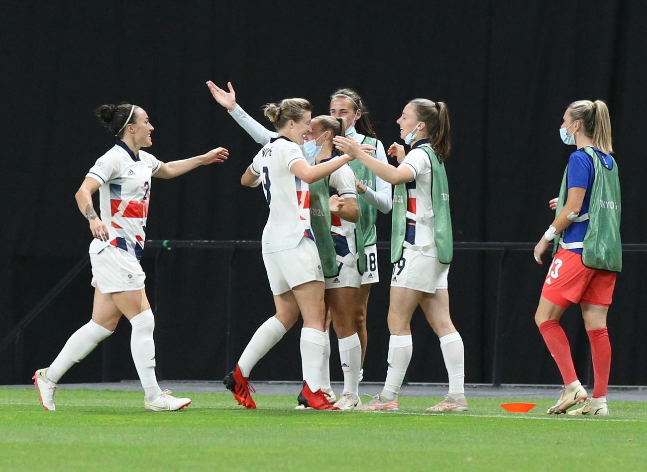 日本対英国 後半、ゴールを決めチームメートに祝福される英国ホワイト(左から2人目)(撮影・佐藤翔太)
