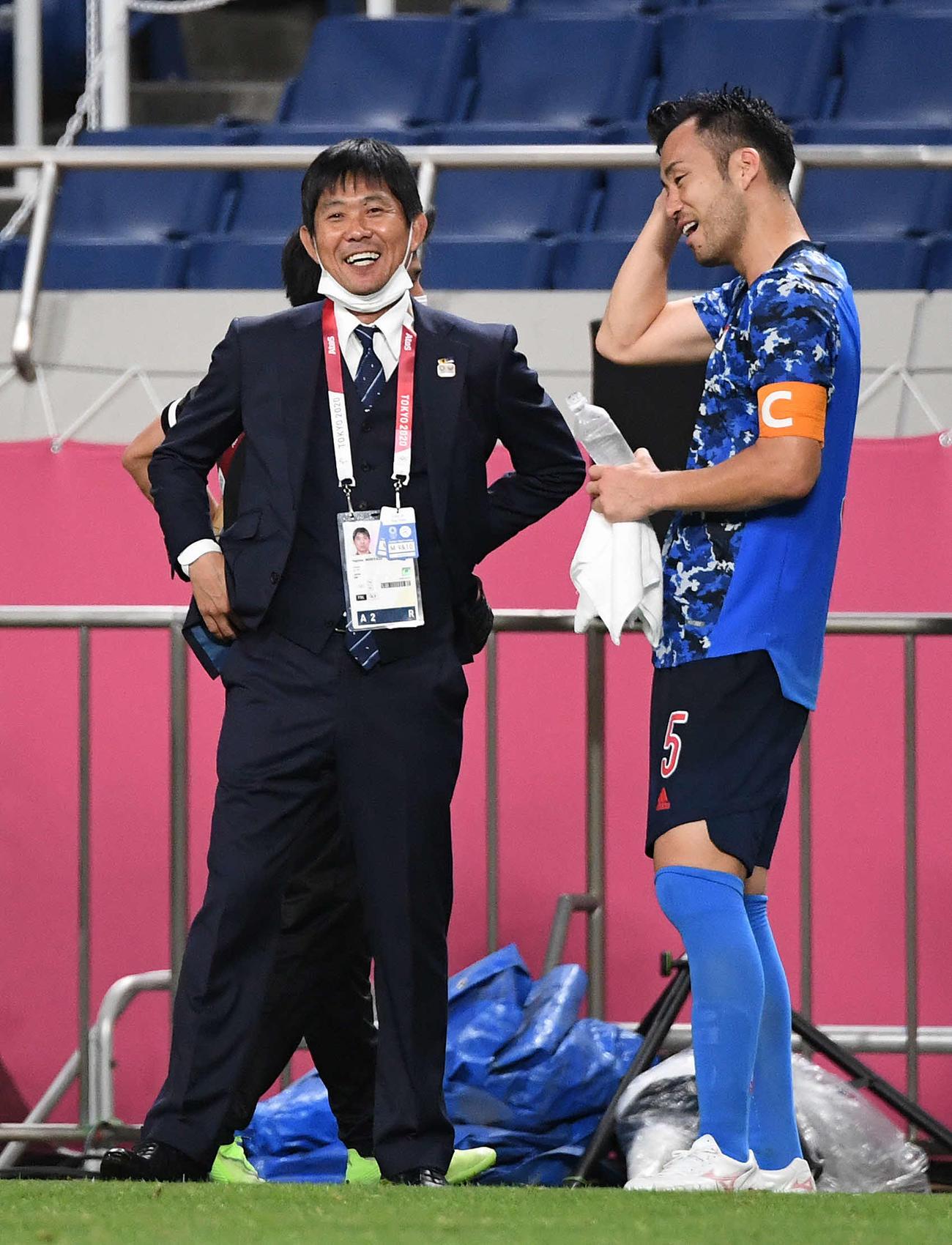 日本対メキシコ メキシコに勝利後、吉田(右)と談笑する森保監督(撮影・鈴木みどり)