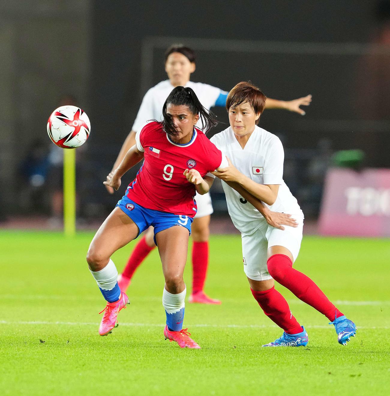 日本対チリ 後半、ボールを奪いにかかる宝田(撮影・江口和貴)
