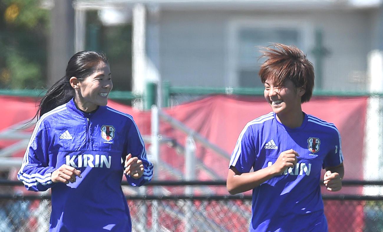 澤穂希さん(左)、岩渕真奈(2015年6月28日撮影)