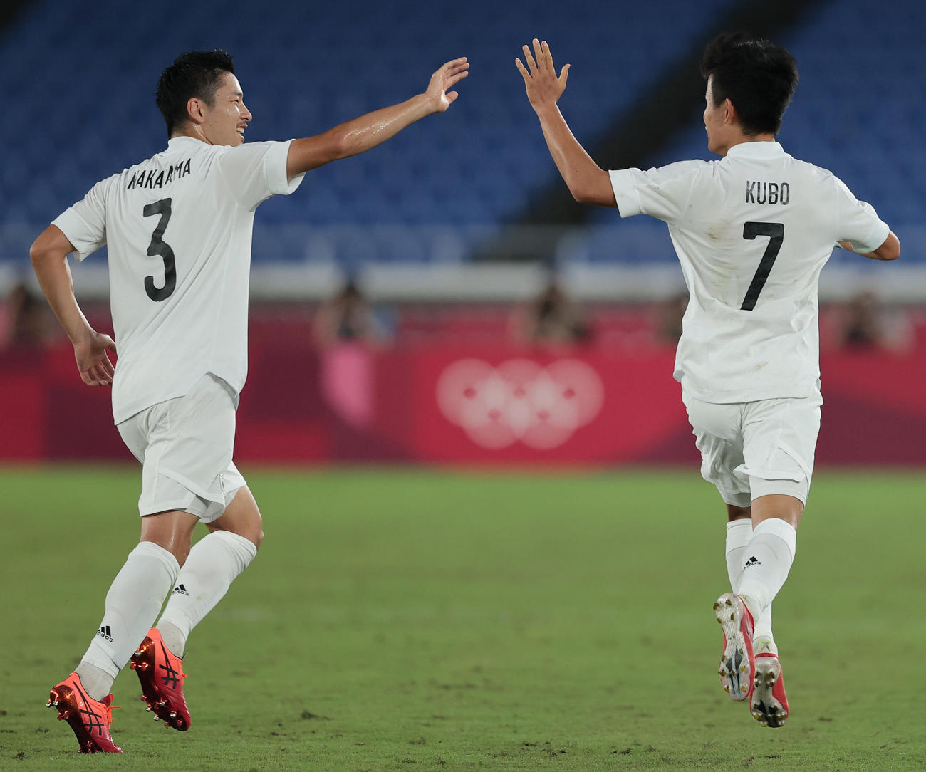 日本対フランス 前半、先制ゴールを決め中山(左)とタッチを交わす久保(撮影・前田充)