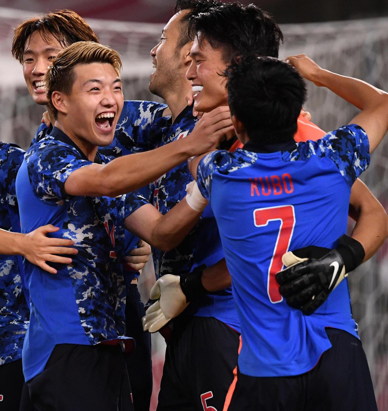 日本対ニュージーランド PK戦の勝利に貢献したGK谷(右から2人目)に笑顔で抱きつく堂安(同4人目)や久保(右)(撮影・横山健太)