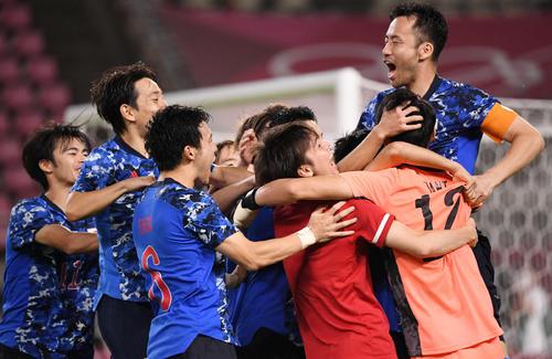 日本対ニュージーランド PK戦の末、ニュージーランドに勝利し準決勝進出を決めた日本イレブン(撮影・横山健太)