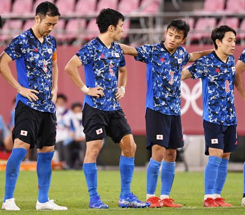 日本対ニュージーランド PK戦前、率先して肩を組む久保(右から2人目)(撮影・横山健太)
