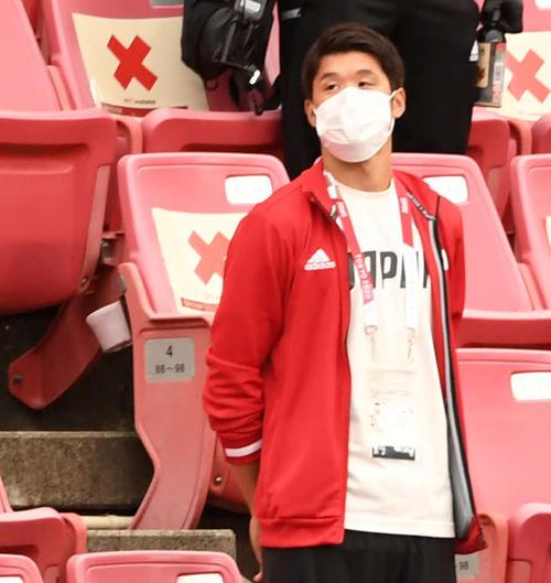 試合前、スタンドからピッチを見つめる酒井宏樹(撮影・横山健太)