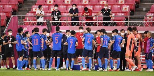 日本対ニュージーランド PK戦前、選手たちに声をかける森保一監督(撮影・横山健太)