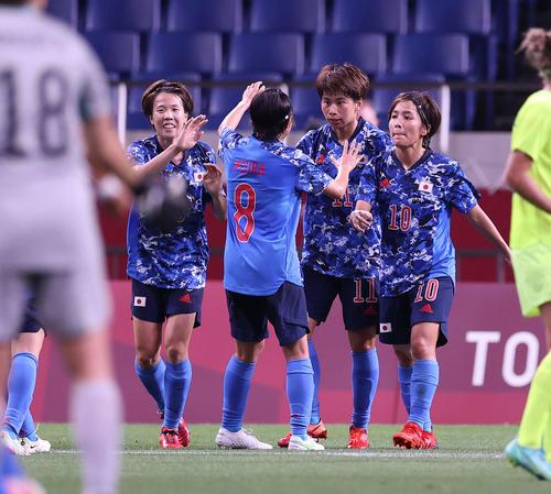日本対スウェーデン 前半、ゴールを決め、岩渕(右端)らと喜びを分かち合う田中(右から2人目)(撮影・河野匠)