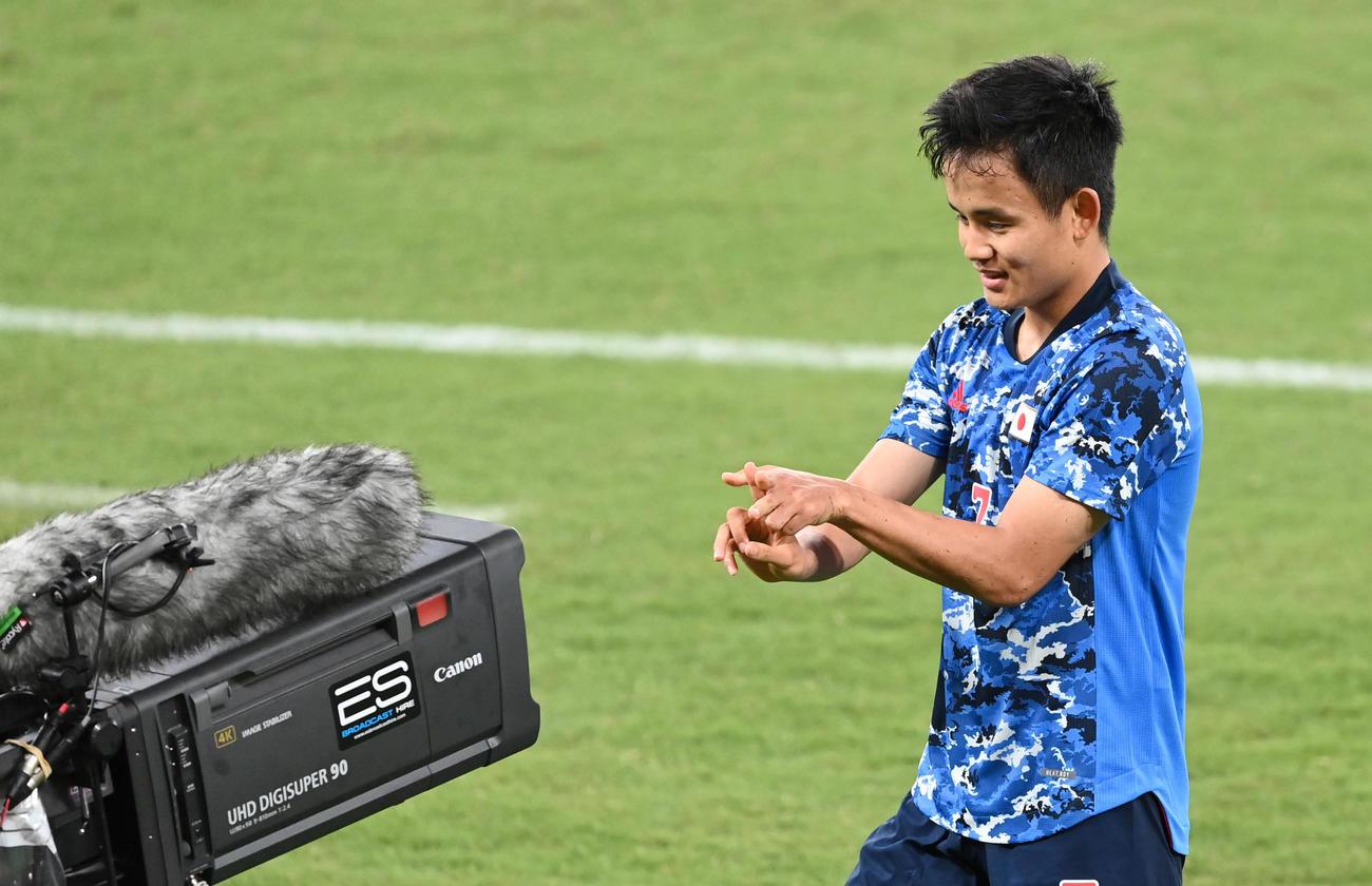 日本対南アフリカ 後半、先制のゴールを決め、カメラに向かってポーズをとる久保(21年7月22日)