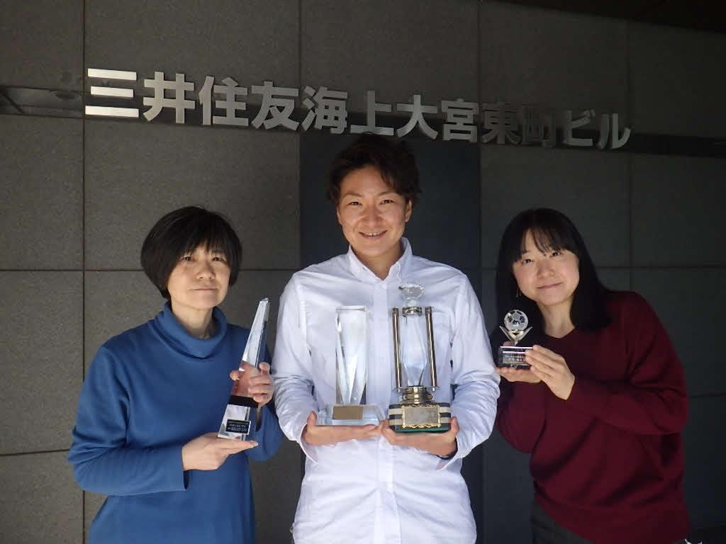 会社員の顔を持つ、なでしこジャパンFW菅沢優衣香(中央)