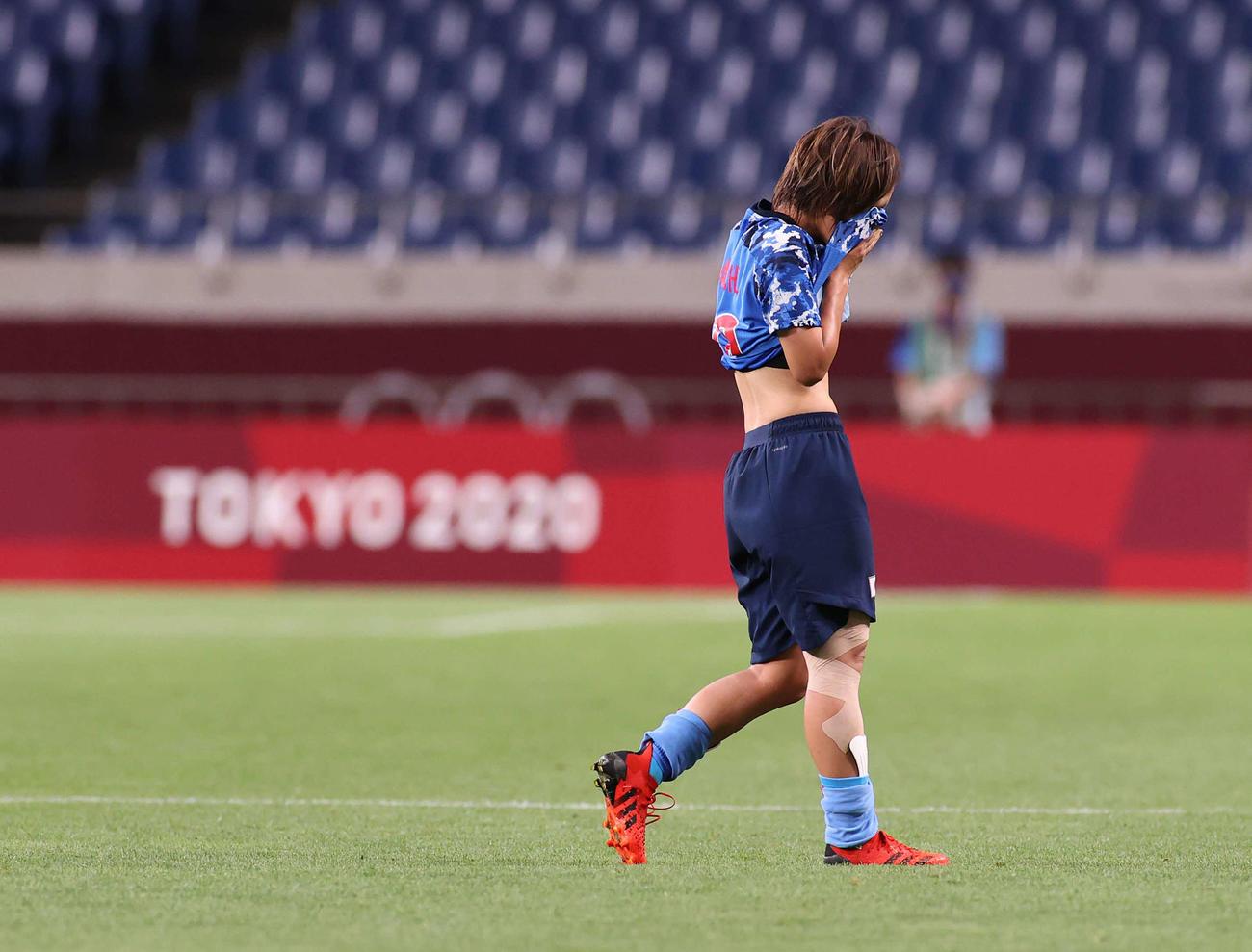 日本対スウェーデン 試合終了後、ユニホームで顔を覆い、悔しがる岩渕(撮影・河野匠)