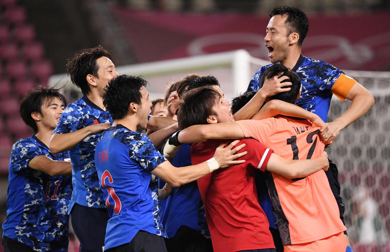 日本対ニュージーランド PK戦の末、ニュージーランドに勝利し準決勝進出を決めて喜ぶ日本イレブン(撮影・横山健太)