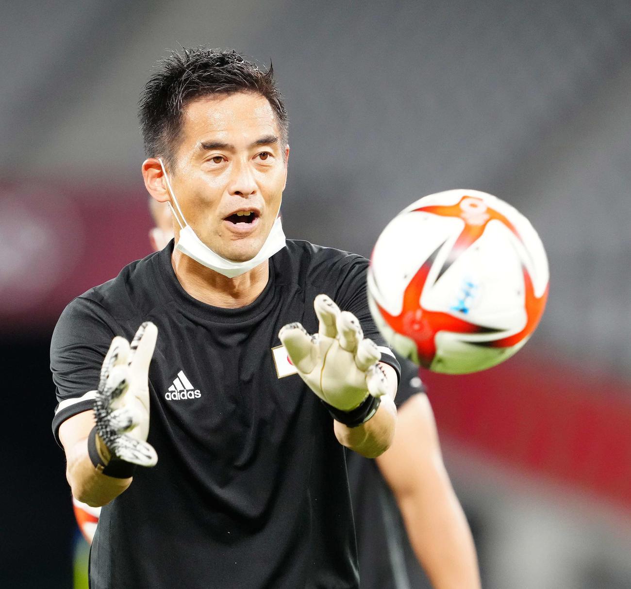 日本対南アフリカ 試合前練習に臨む日本代表川口GKコーチ(撮影・江口和貴)