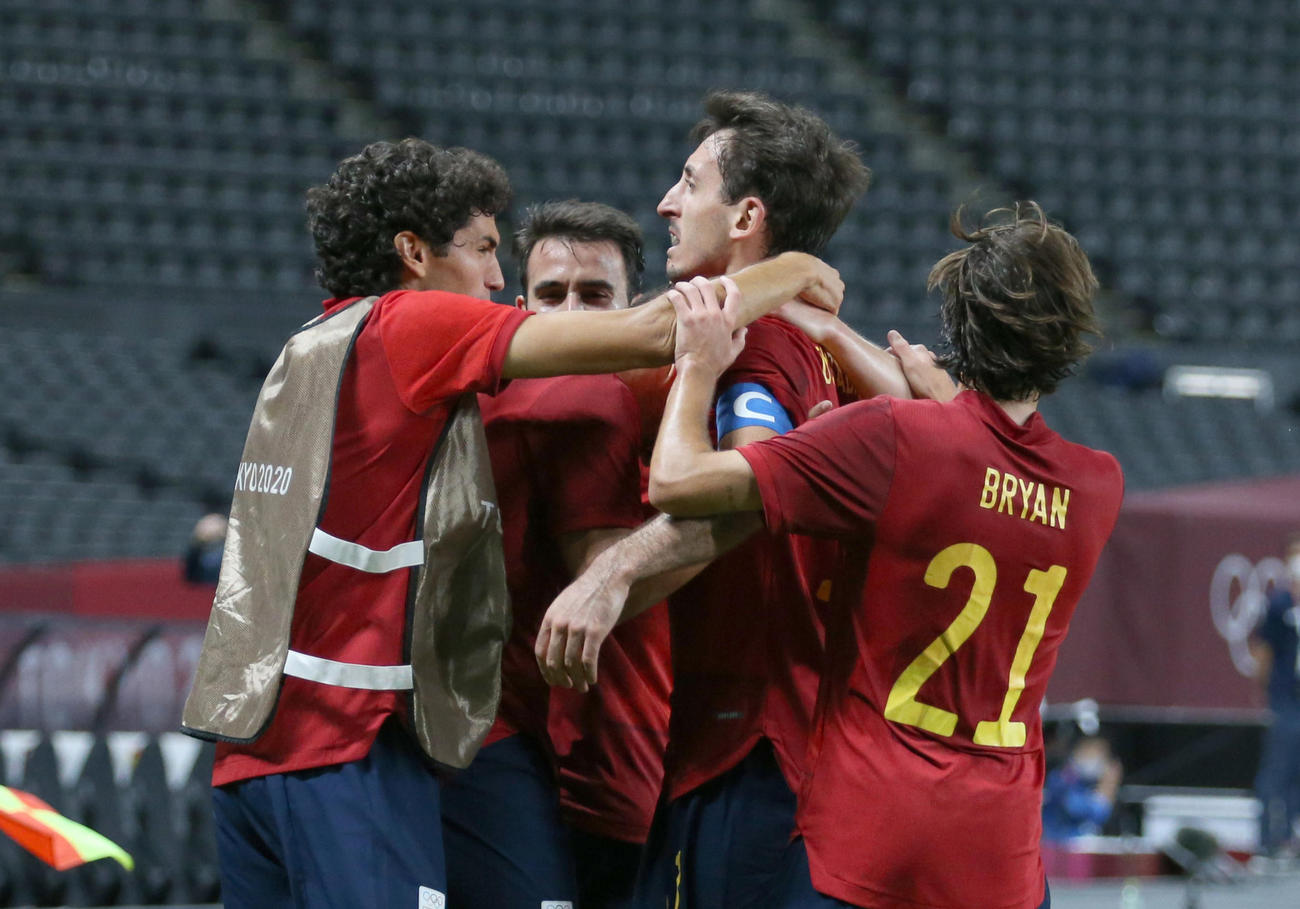 ゴールを決めチームメートに祝福されるスペイン・オヤルサバル(中央右)(2021年7月25日撮影)