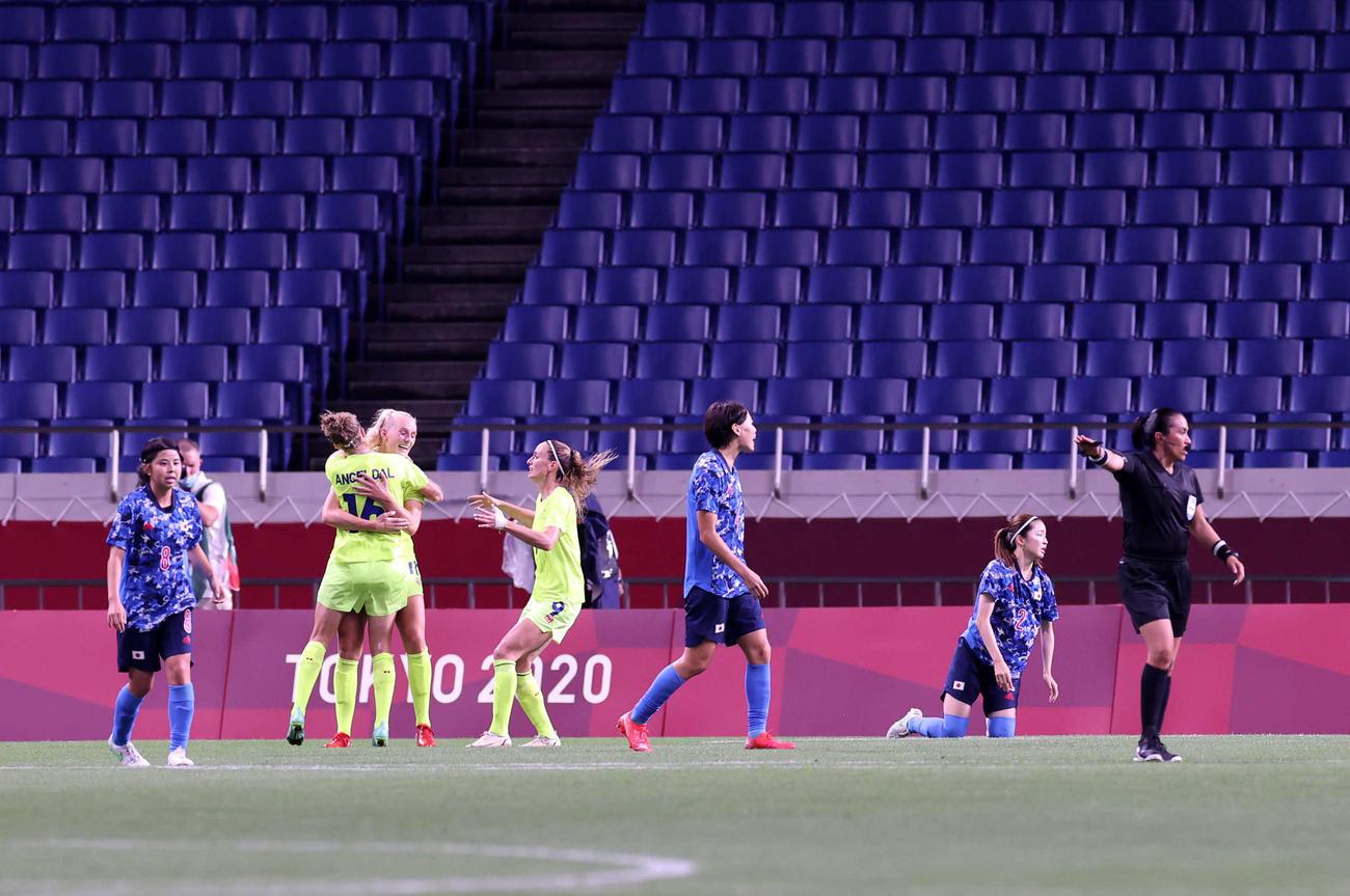 日本対スウェーデン 後半、ゴールを決め、喜びを爆発させるスウェーデンのブラクステニウス(左から3人目)(2021年7月30日撮影)